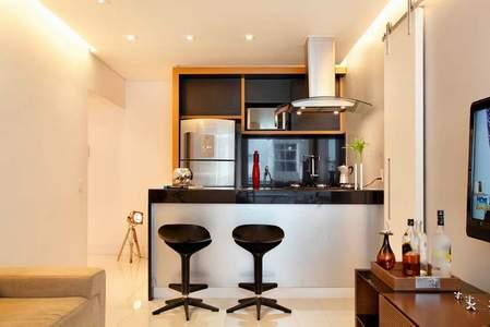 STEPENIK - Dnevna soba i kuhinja sa šankom u malom stanu