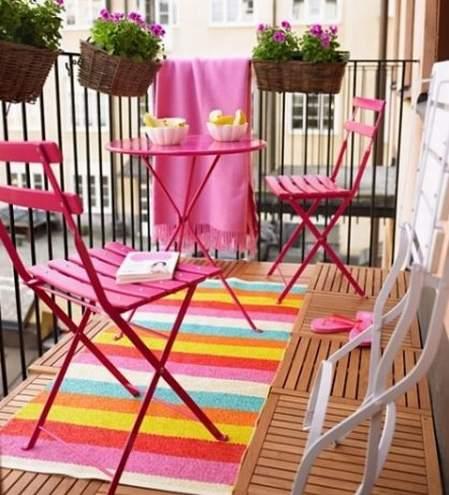 mala terasa sa sklopivim stolicama intenzivnih boja